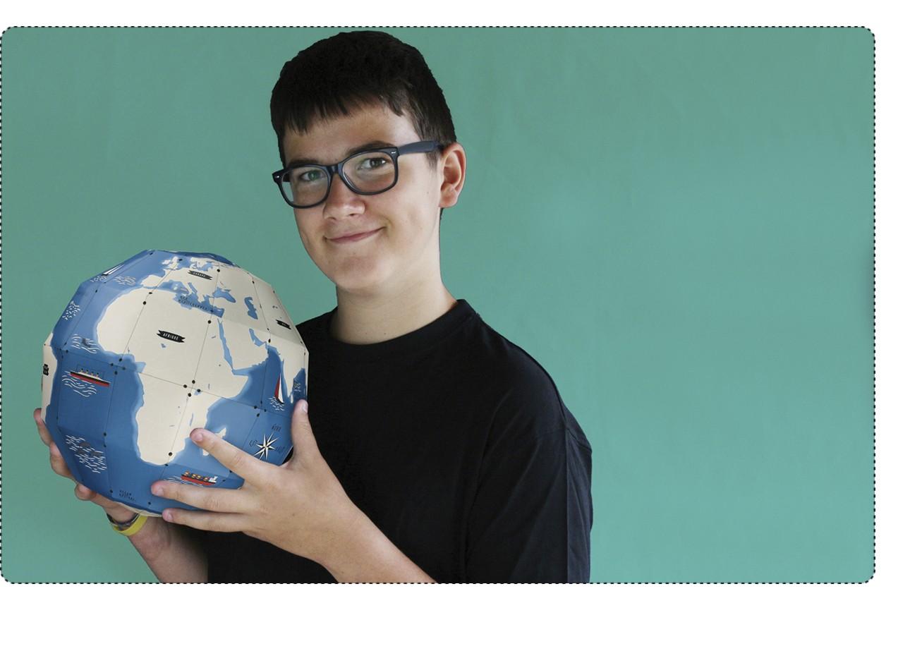 un globe terrestre 3D à construire et 45 stickers à coller