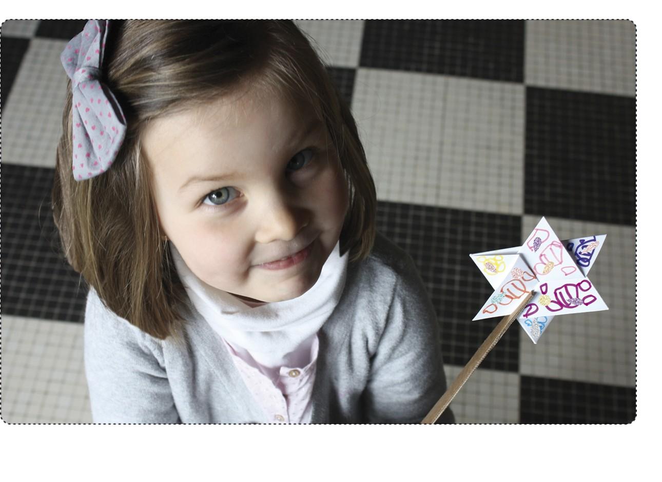 6 baguettes magiques à fabriquer et à décorer avec les 228 stickers brillants